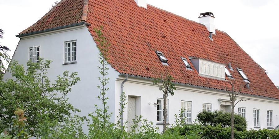 Hvidt hus med rødt tag