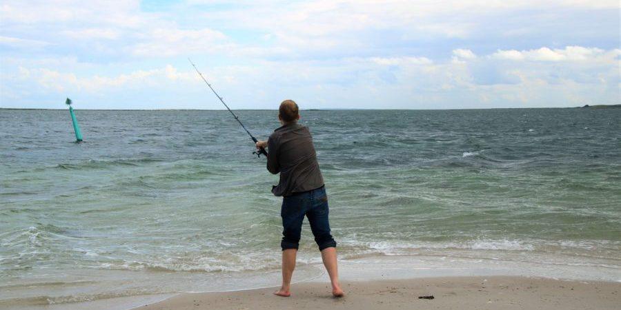 En mand som står og fisker