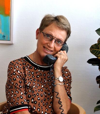 Susanne snakker i telefon