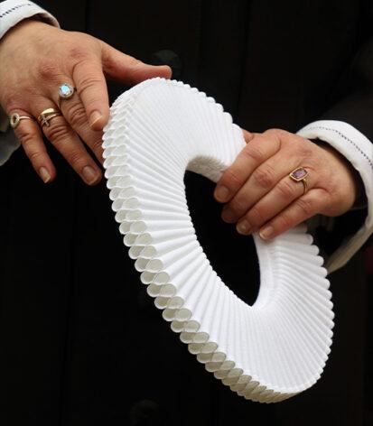 To hænder og en præstekrave