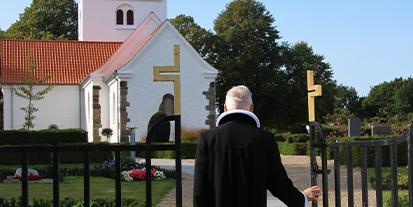 Præst går mod kirke