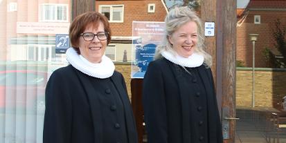 To præster der smiler