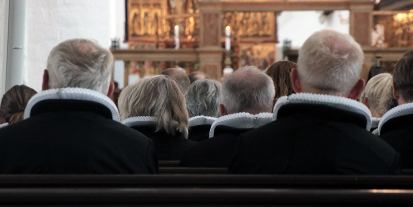 Præster der sidder i en kirke