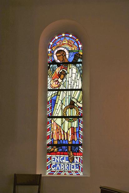 Englen Gabriel som mosaik kunst i et kirke vindue