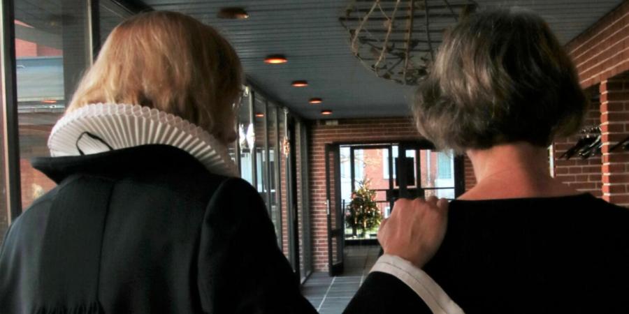 Ryggen af en præst som holder en person på skulderen
