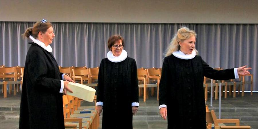 Tre præster i en kirke